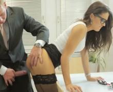 Рыжий босс забавляется с новой секретаршей, нанизывая ее ротик и киску на член