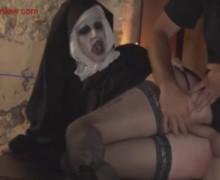Отодрал монашку при свечах и кончил в рот